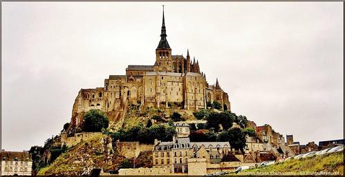 França - Saint-Michel - Desde a aurora dos tempos pagãos, a ilhota montanhosa onde hoje se eleva o mosteiro de Saint-Michel, bem como toda a região que a circunda, era considerada território sagrado pelos antigos Celtas.