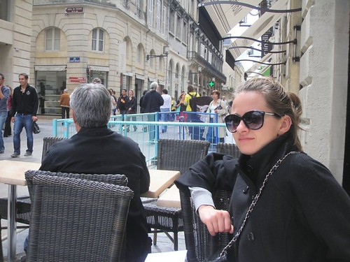 Courtney Boyle.  Se détendre et prendre un café à Bordeaux