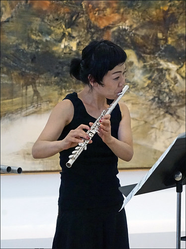 La flûtiste Mayu Sato-Brémaud en concert dans l'exposition Zao Wou-ki (Musée d'art moderne de la ville de Paris)