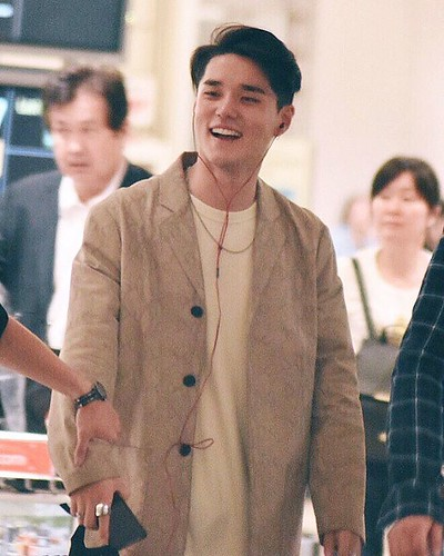 @deantrbl Arrived at changi airport, and of course with bright smile 😀✨🌙 #mydeantrbl #insingapore #promotealbum #130moodtrbl #changiairport #live #bestmoment #lovedean #universalmusicsingapore #radhityahardi #greatman #warmman #luck
