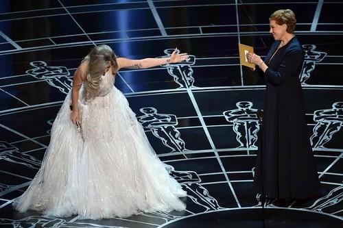 Lady Gaga apresenta Julie Andrews, A Noviça Rebelde, no palco do Oscar