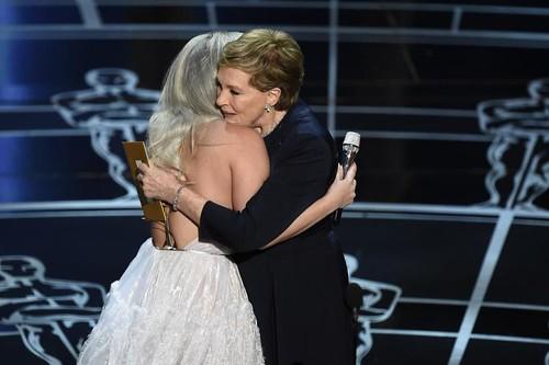 Julie Andrews abraça Lady Gaga após a cantora interpretar o tema de A Noviça Rebelde