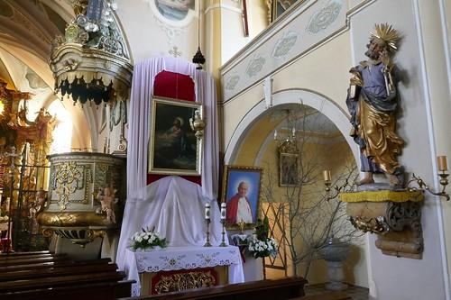 Ambona, przysłonięty ołtarz i figura św. Piotra w kościele św. Katarzyny w Starym Wielisławiu